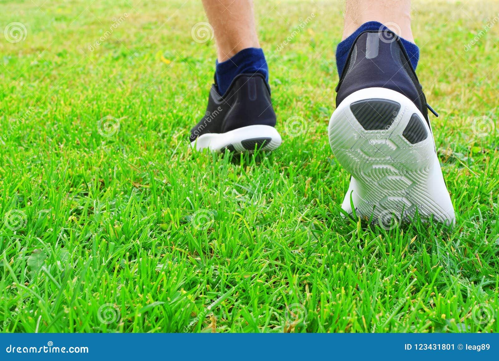 Svarta gymnastikskor i gräs