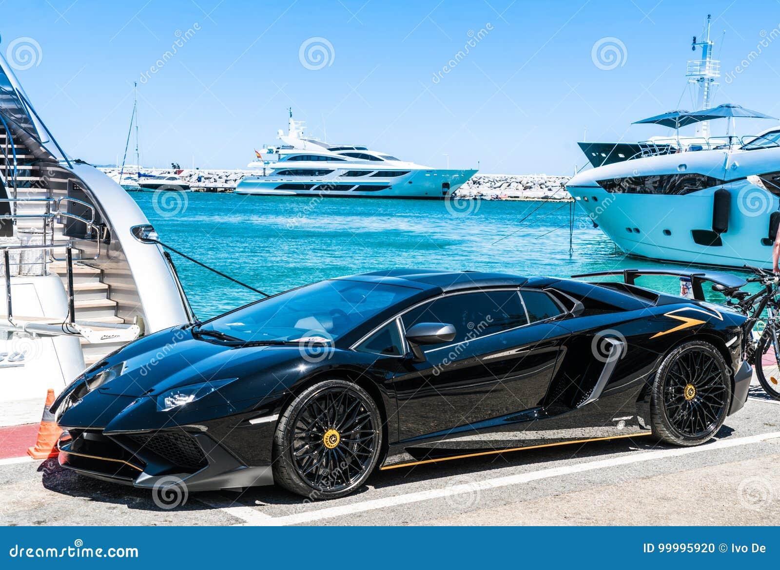 Svarta Lamborghini i hamnen