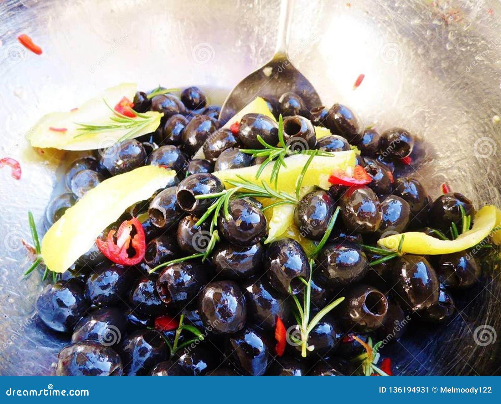 Svarta oliv med citronen, chili och rosmarin