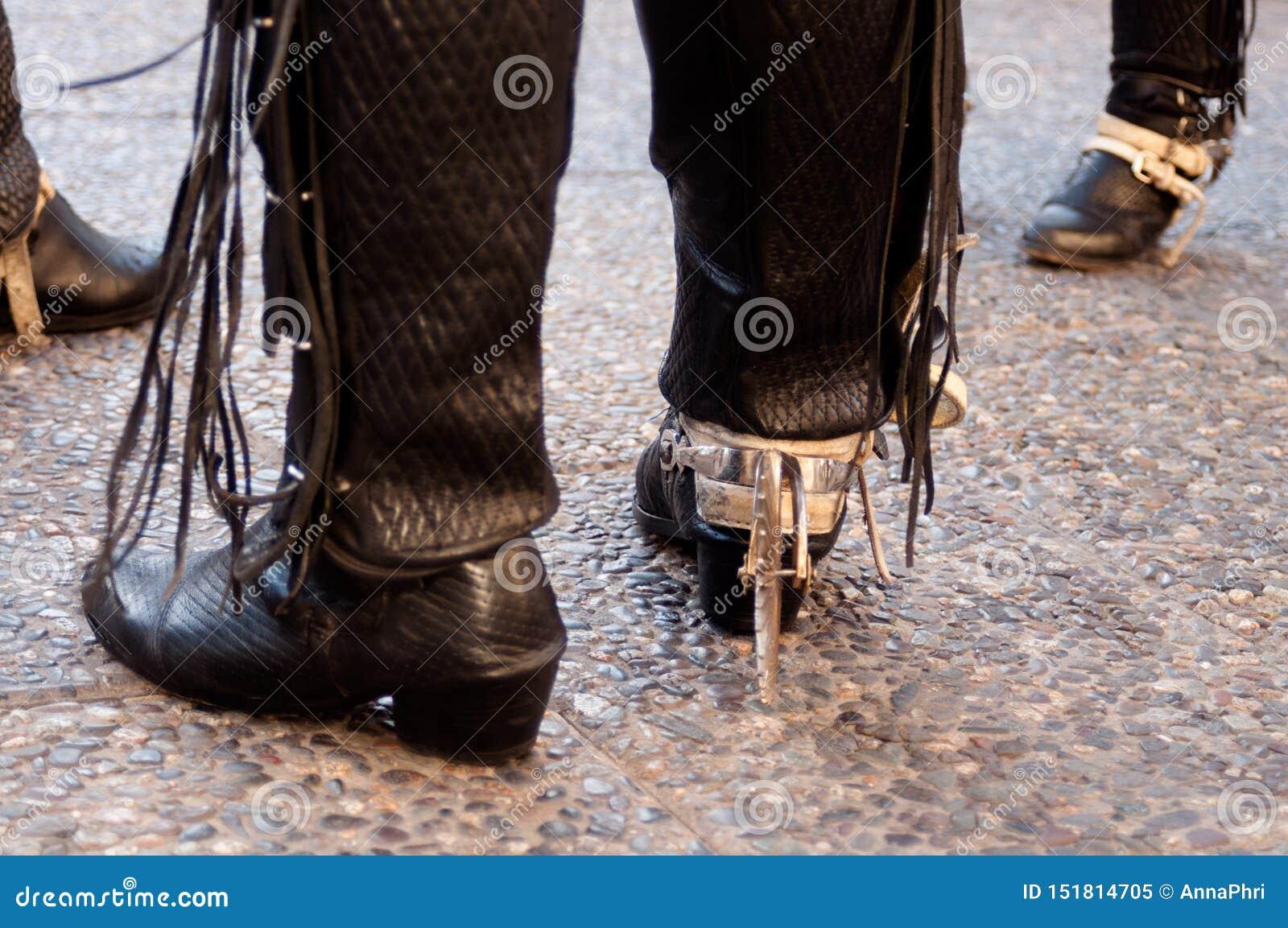 Svartläder och traditionella chilenska kängor och flåsanden för metall