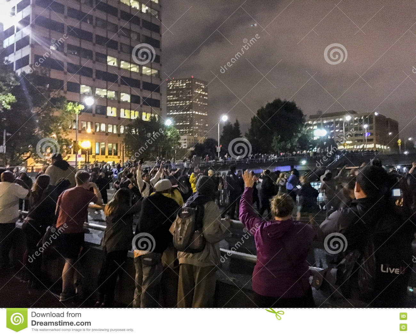Svartliv betyder personer som protesterar som blockerar av en motorvägonramp