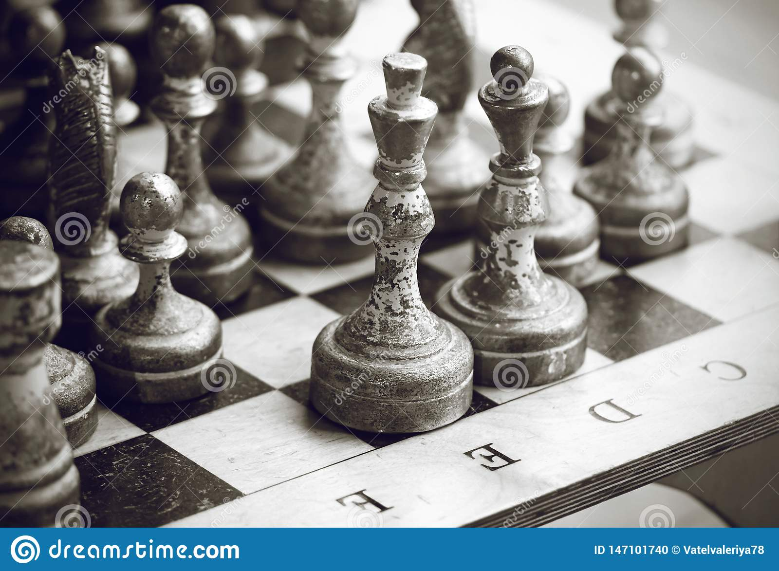 Svartvit bild av silvriga gamla schackstycken