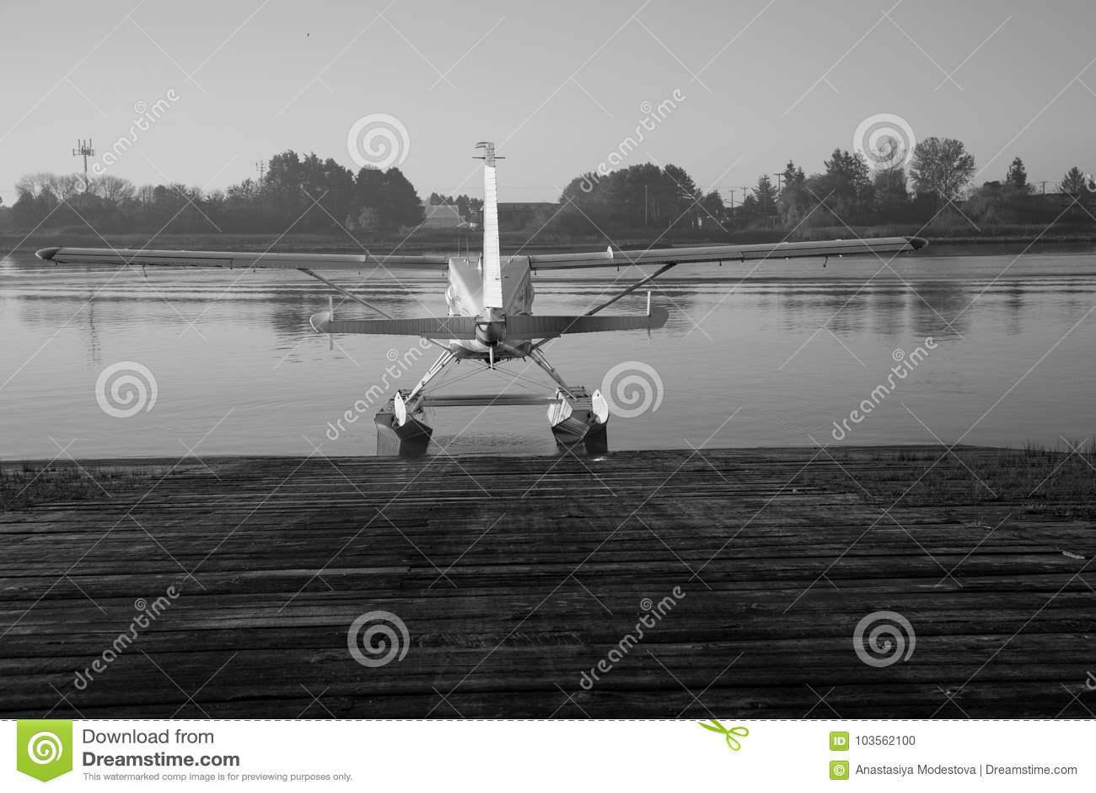 Svartvit sjöflygplan som är klar för flygvattenbakgrund