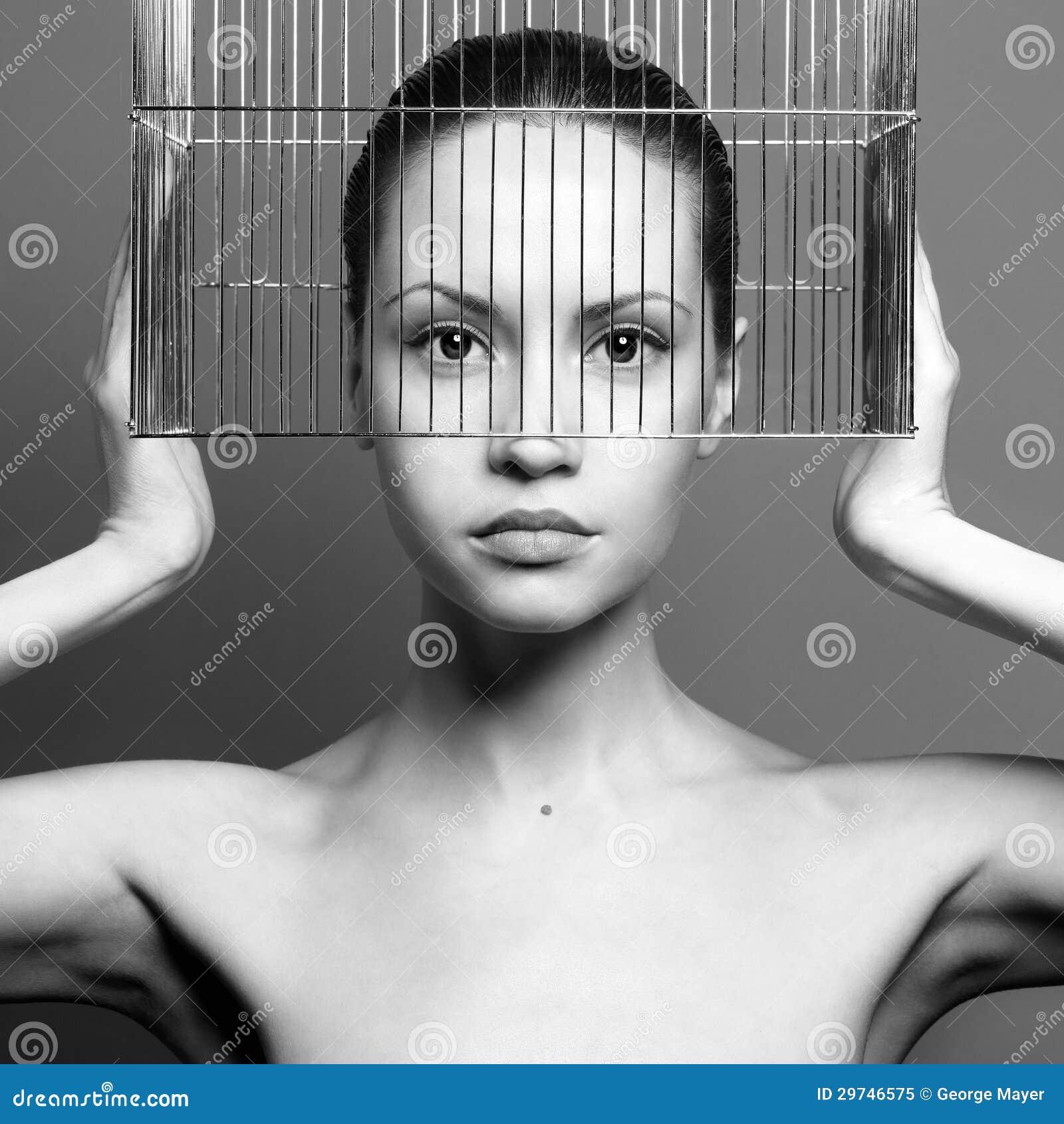 Surrealistic stående av den unga ladyen med buren