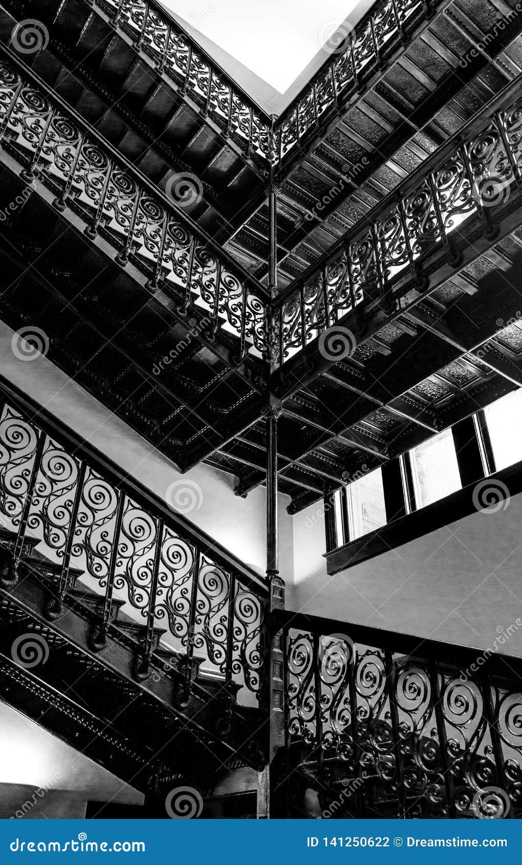 Svartvit trappuppgång i en gammal byggnad