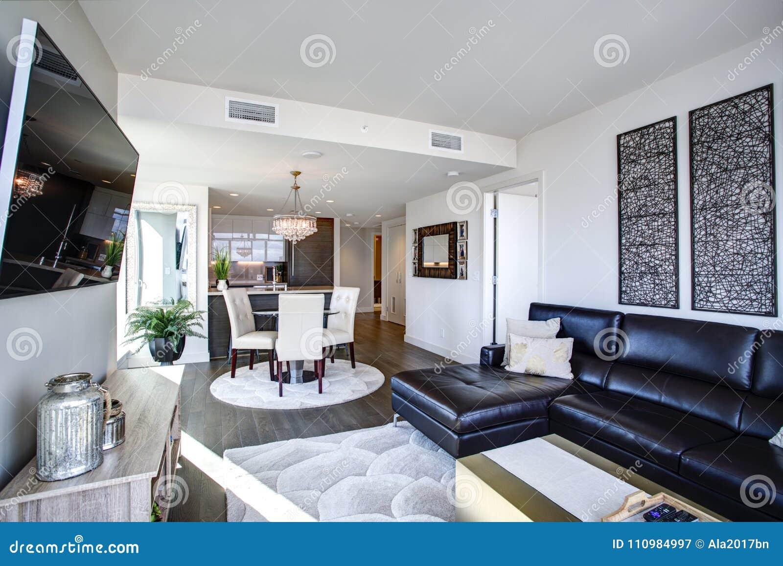 Svartvit vardagsrum med modern design