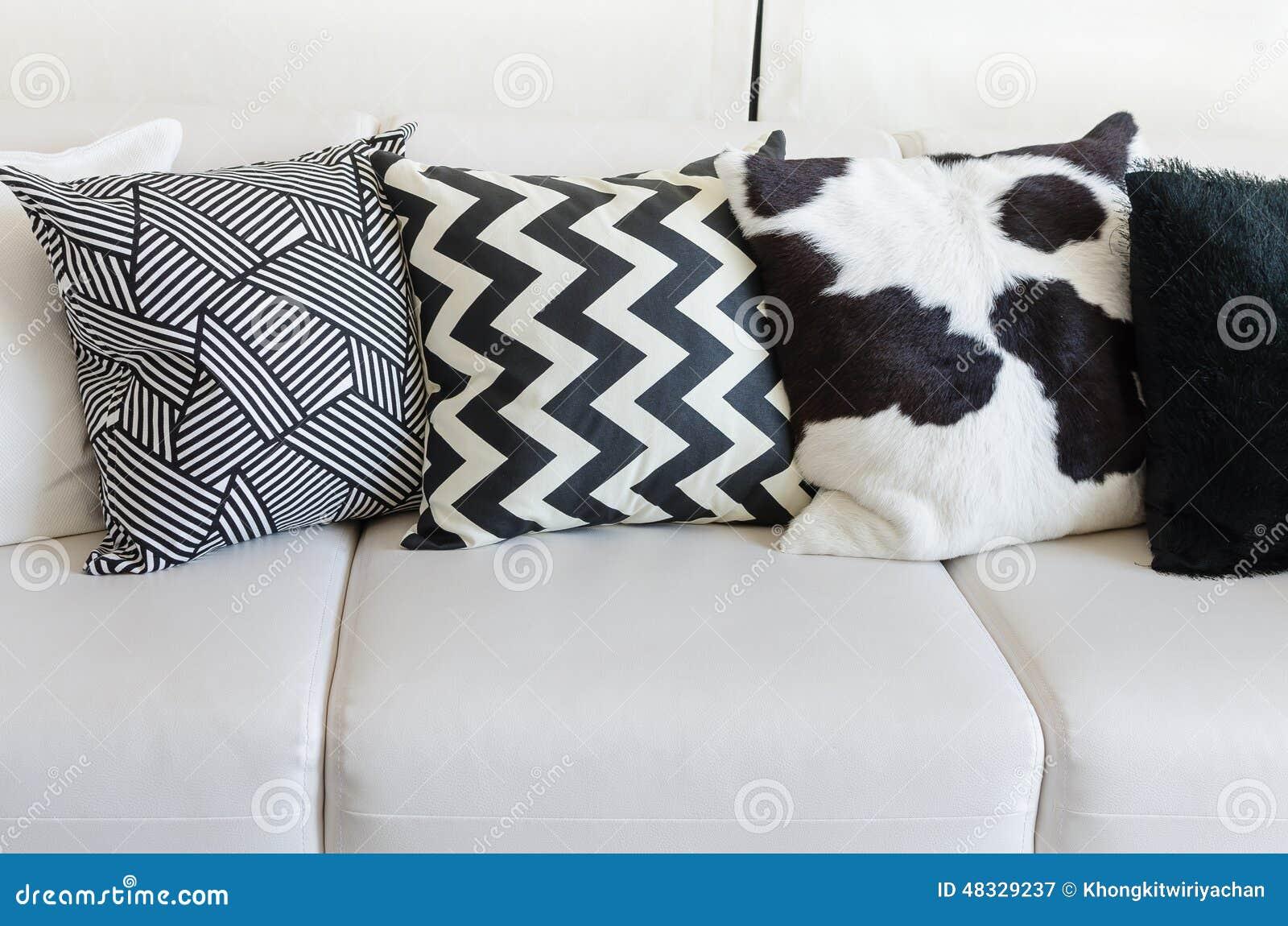 Vit vardagsrum   svart soffa arkivfoto   bild: 59002230
