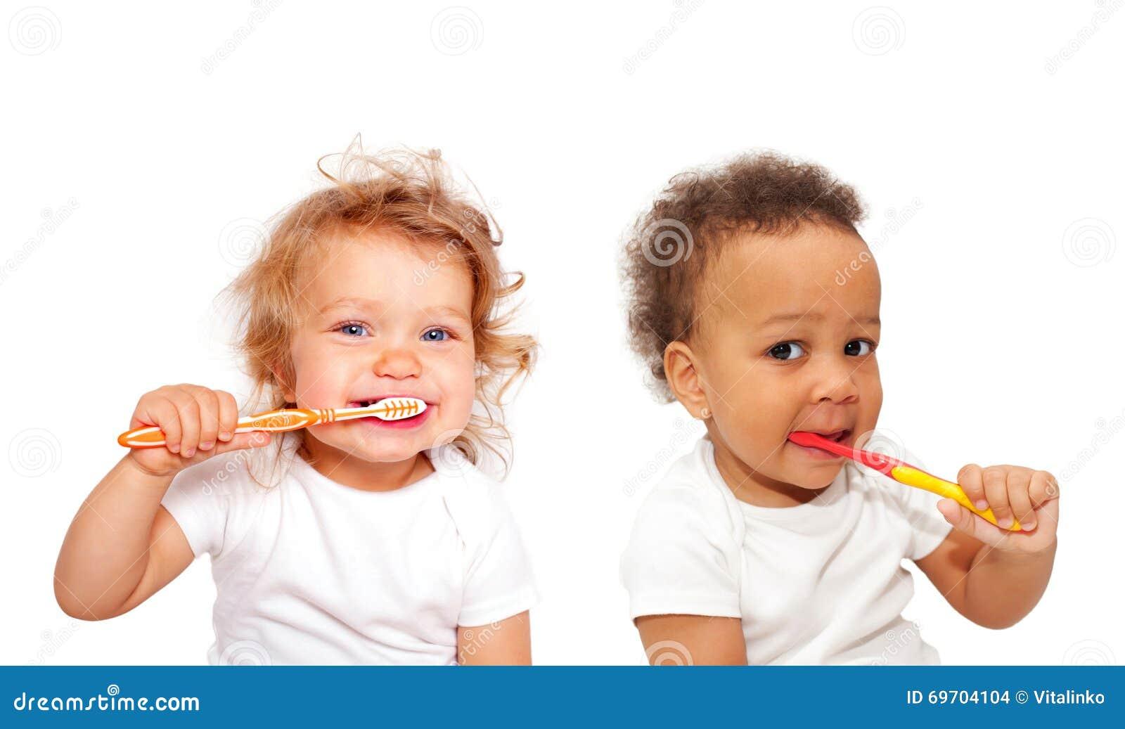 Svartvitt behandla som ett barn små barn som borstar tänder