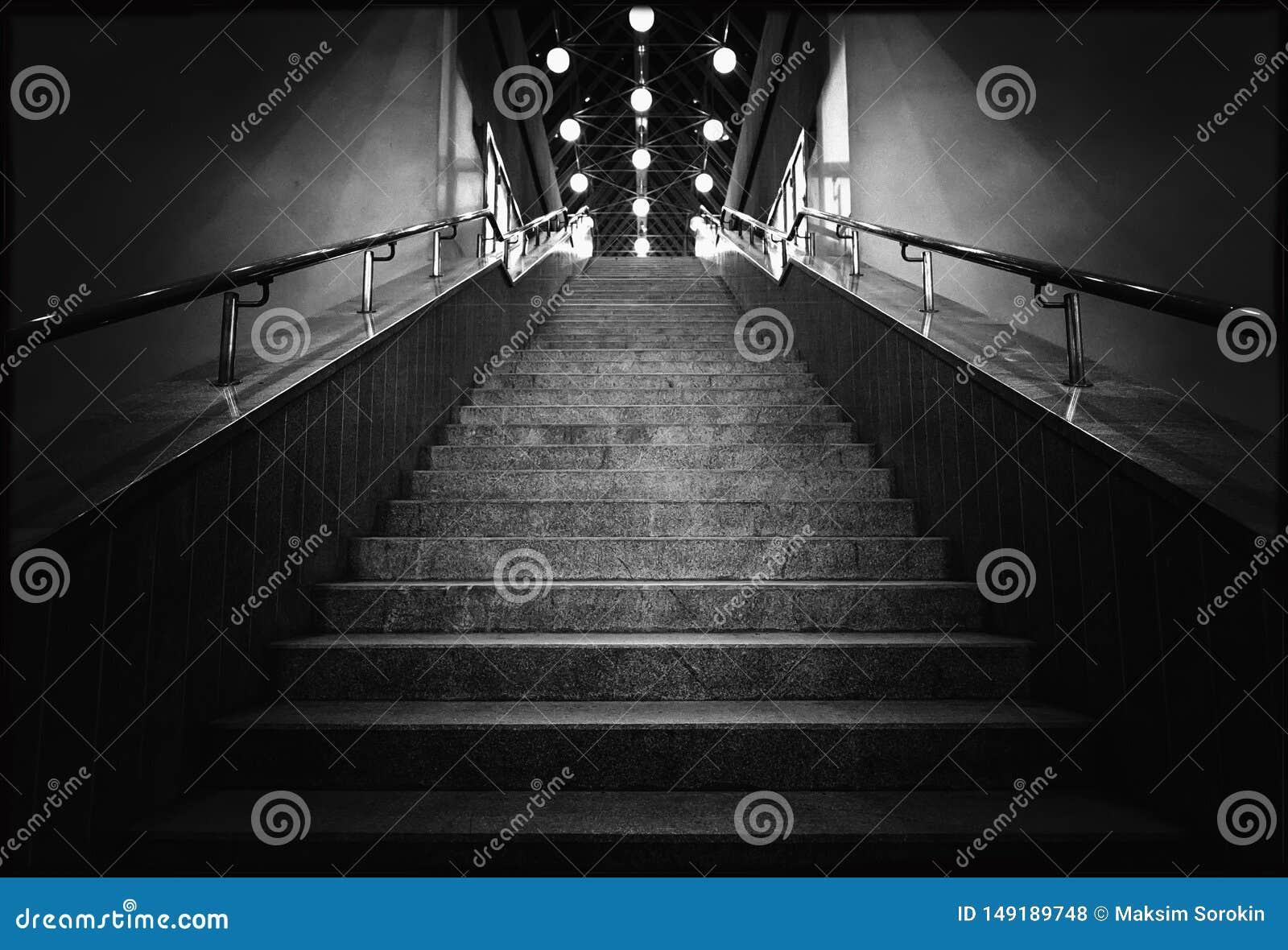 Svartvitt foto av natttrappa med lyktor