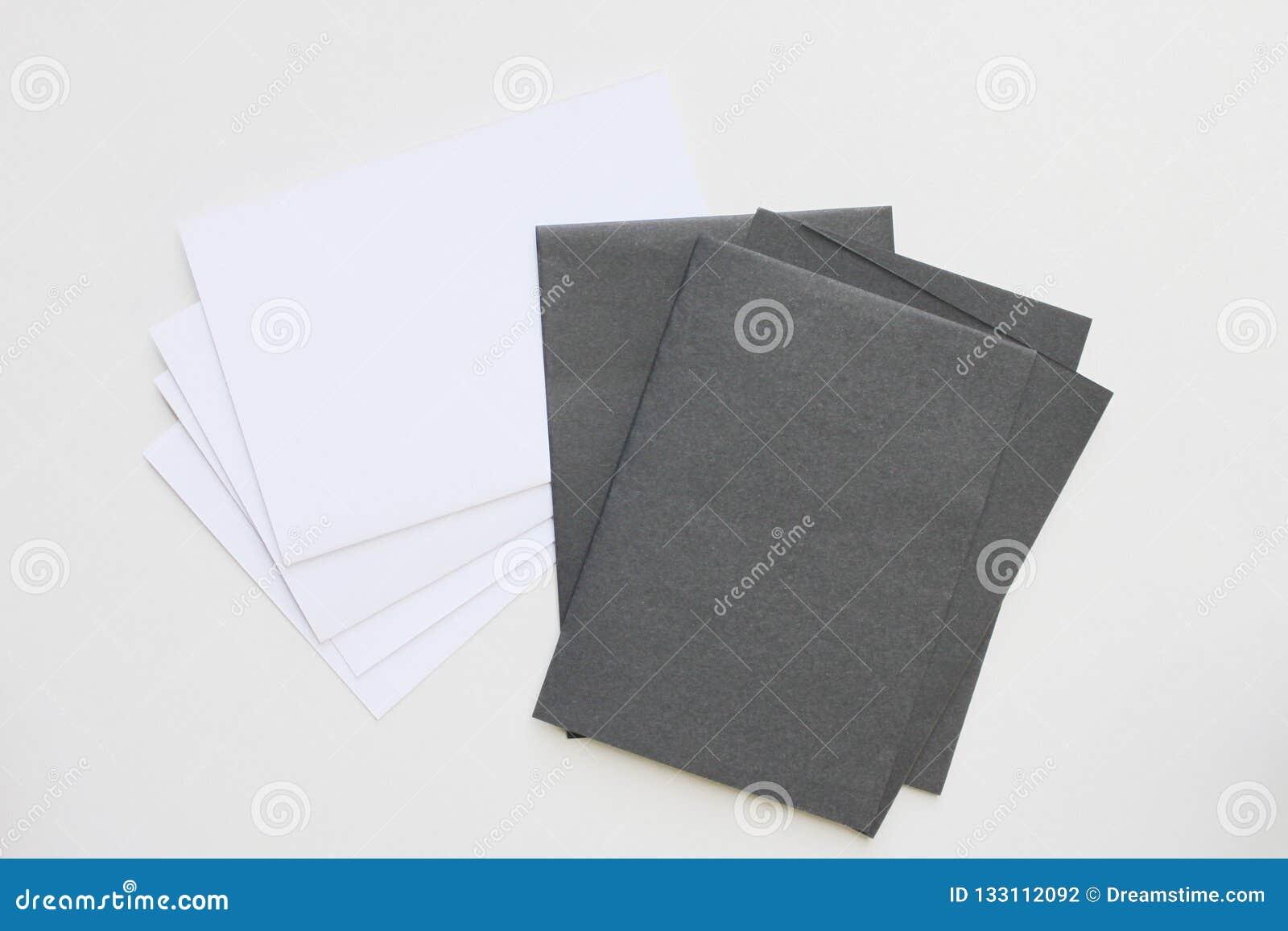 Svartvitt kort för affärsmellanrum som förläggas på den skrivbords- sikten