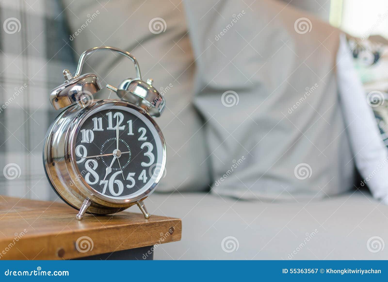 Sveglia classica di stile sulla tavola di legno in camera da letto