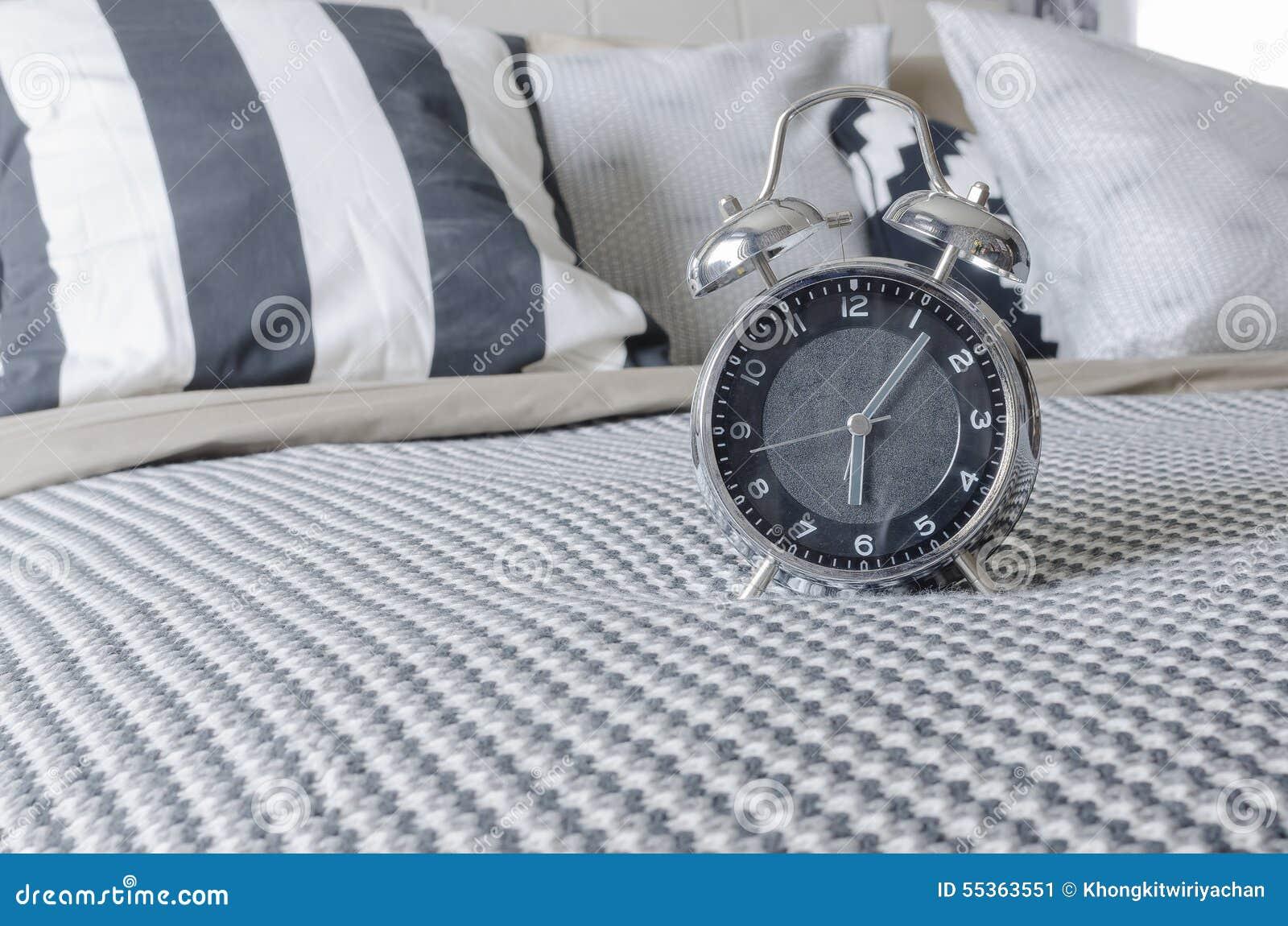 Sveglia moderna sul letto in bianco e nero
