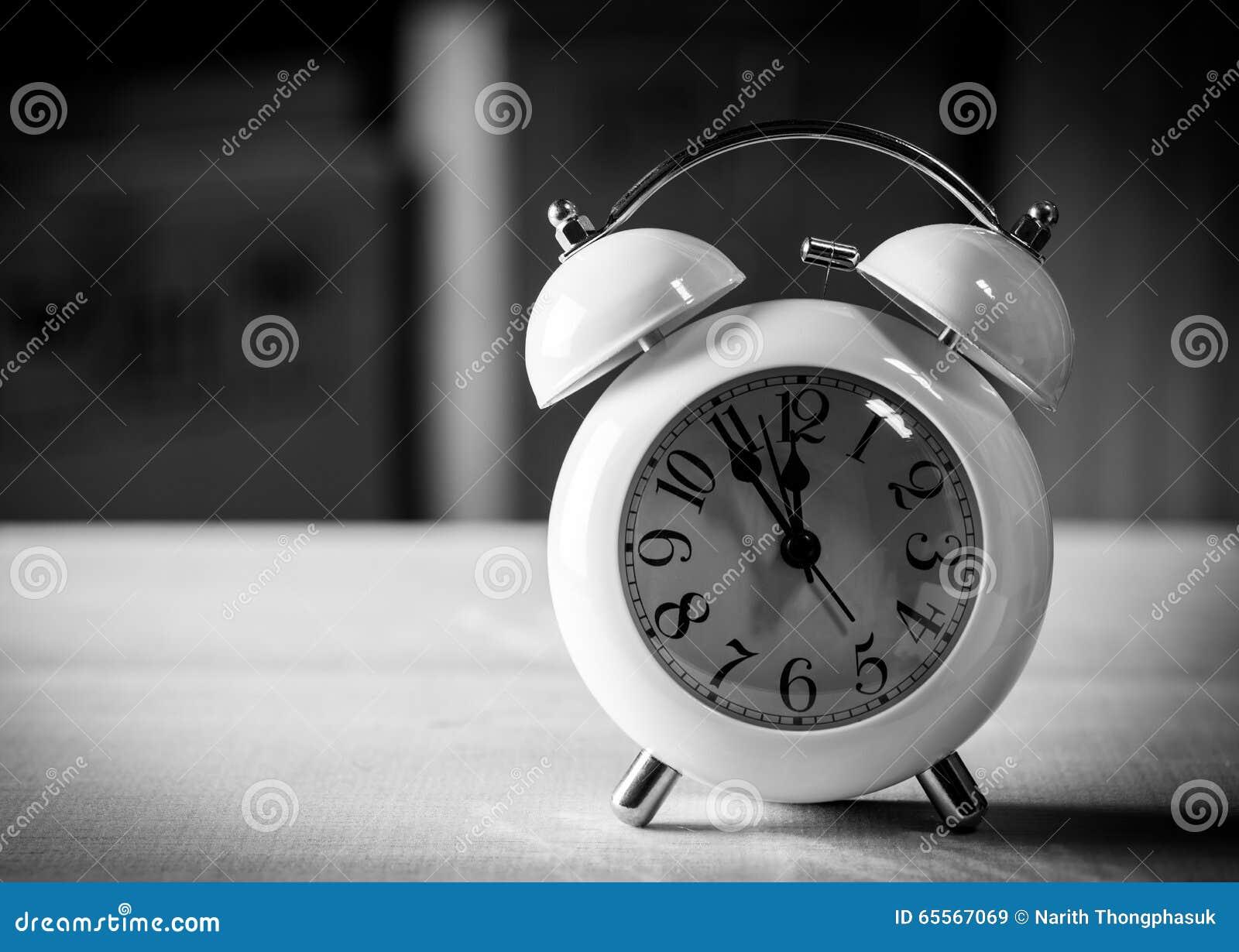 Sveglia sul pavimento in bianco e nero immagine stock for Pavimento bianco e nero