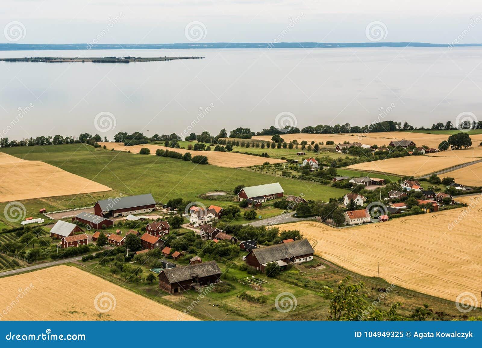 Svensk by på lakesiden - antenn