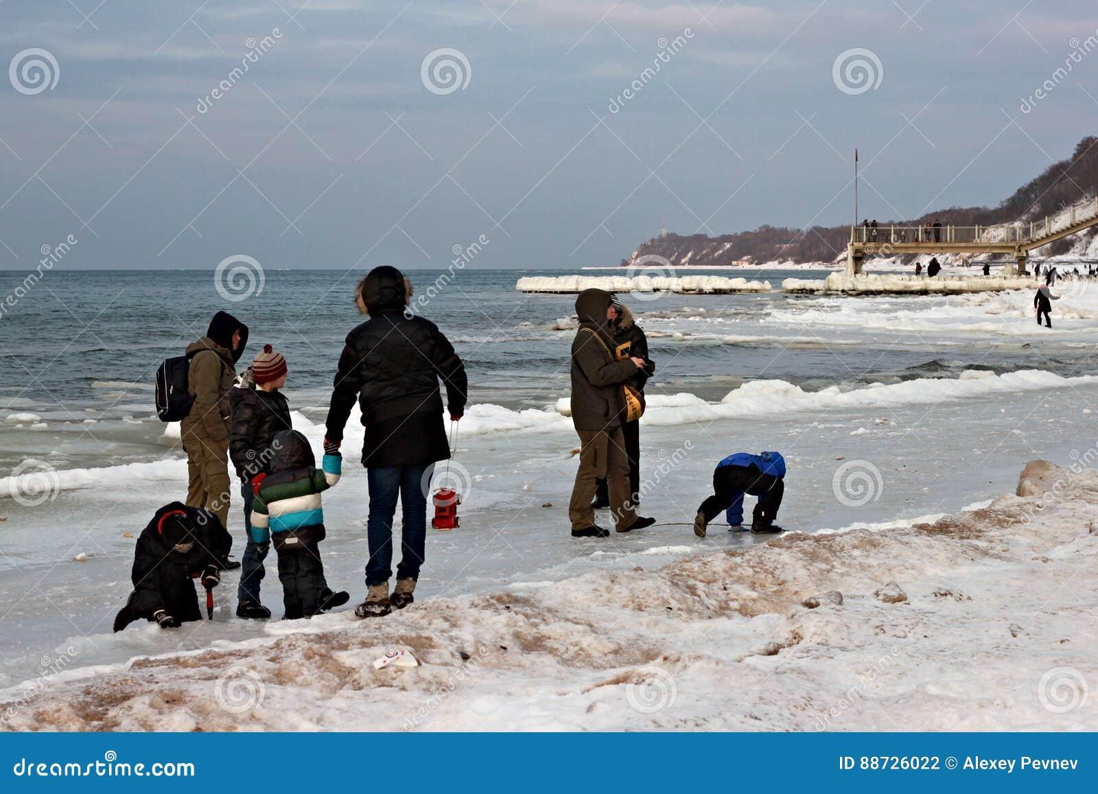 SVETLOGORSK, KALININGRAD region ROSJA, LUTY, - 27, 2011: Ludzie wydaje czas wolnego na morza bałtyckiego wybrzeżu