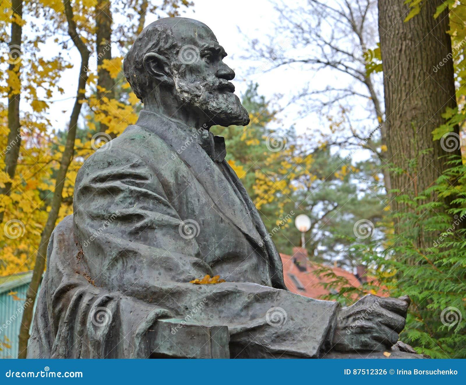 Svetlogorsk, Rusland Fragment van een monument aan academicus I P Pavlov, zijaanzicht