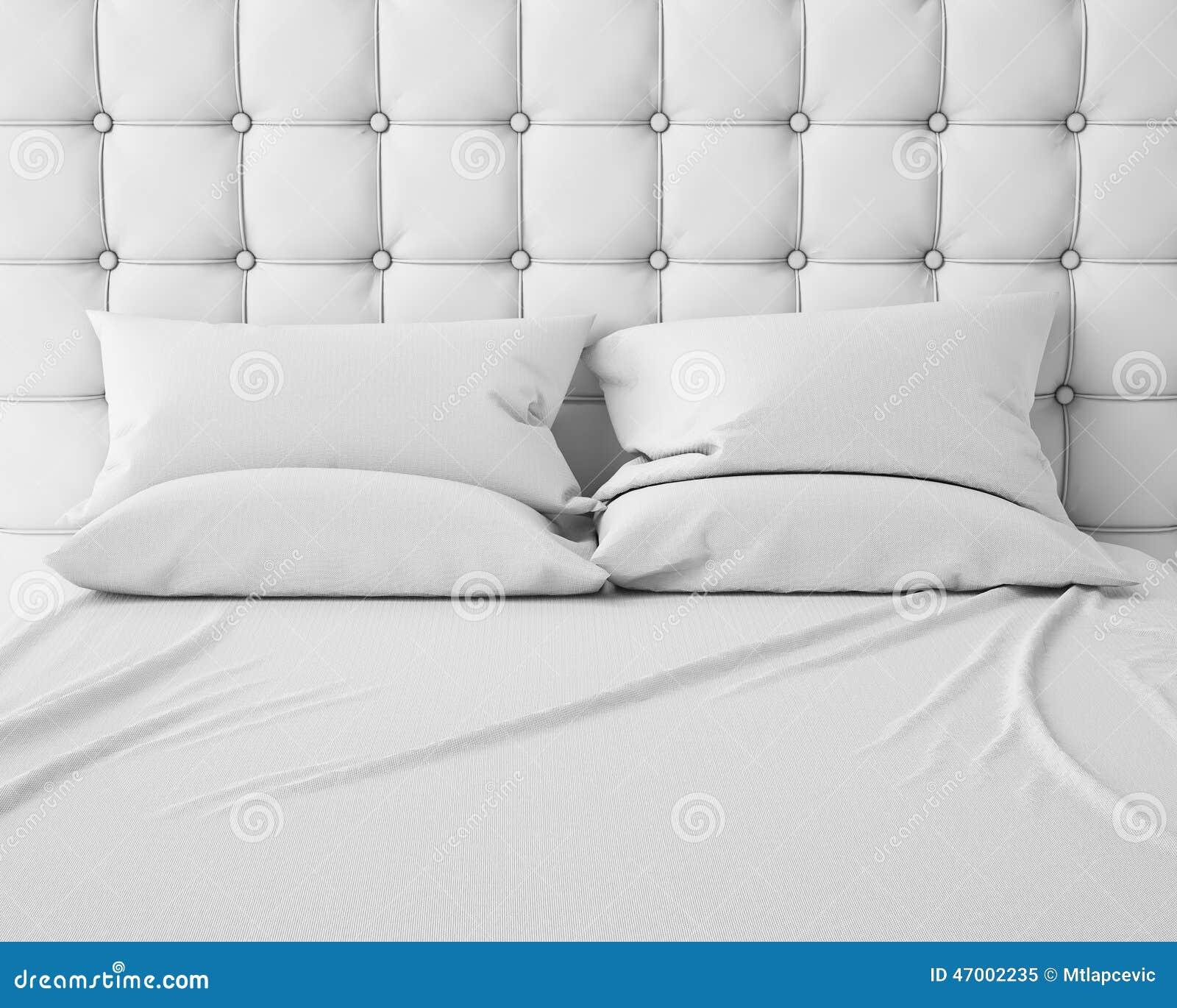 Svuoti il letto ed i cuscini bianchi con la testata di - Testata del letto con cuscini ...