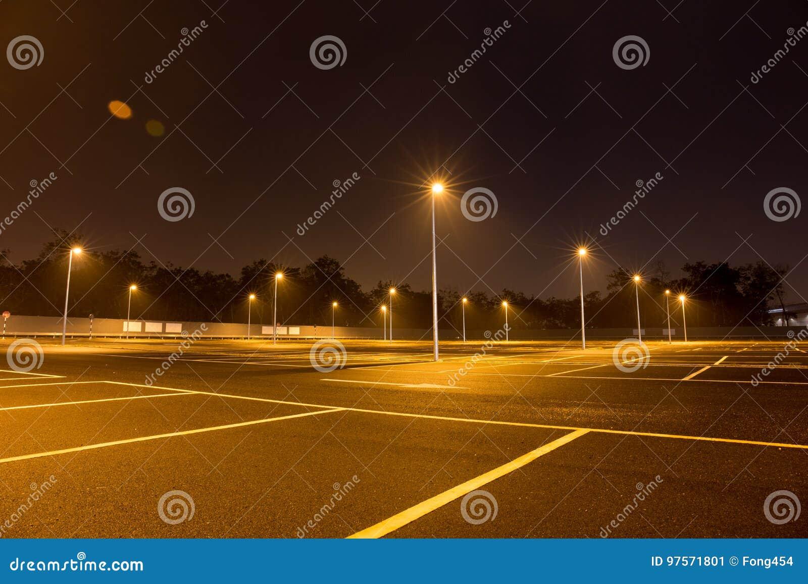 Lampade A Sospensione Allaperto : Svuoti il parcheggio all aperto alla notte splesa con le lampade