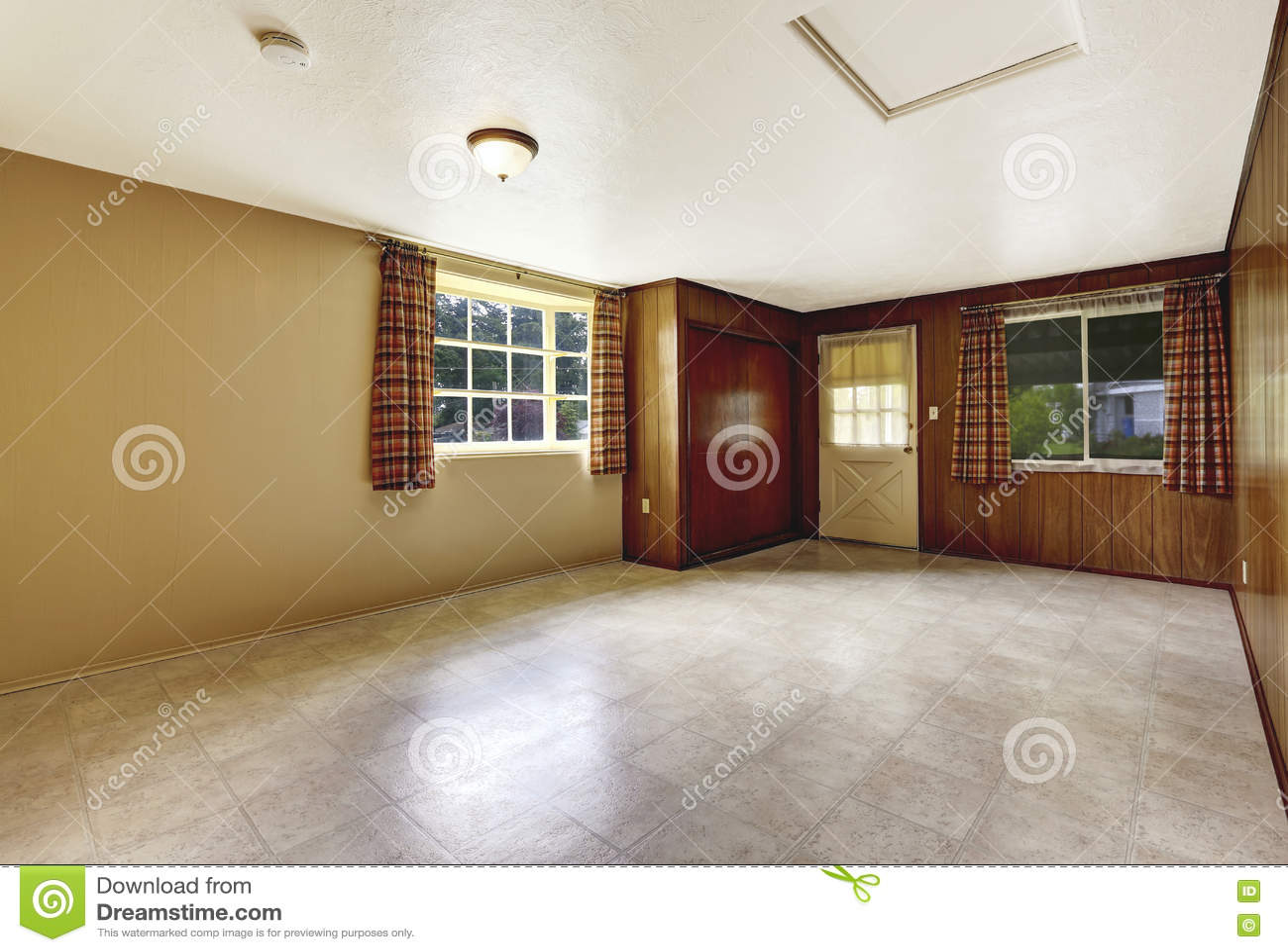 Svuoti lingresso spazioso con la parete e la pavimentazione in