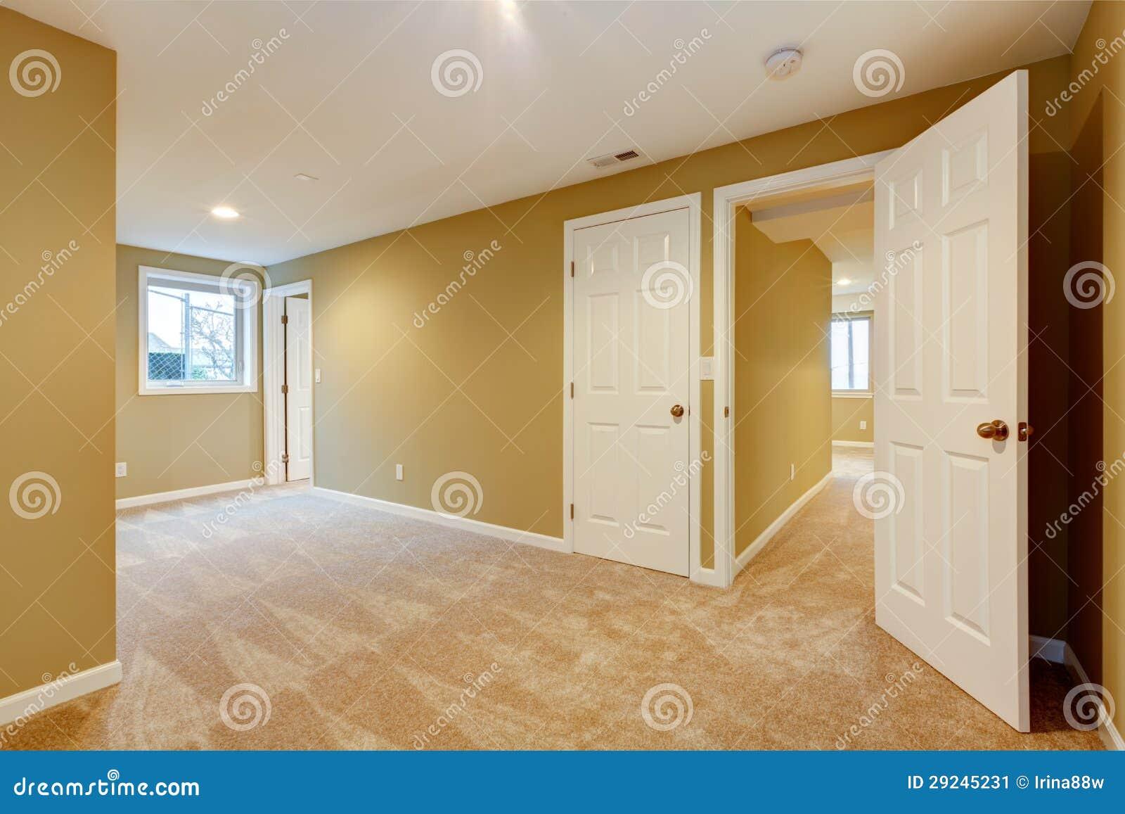 Svuoti la nuova camera da letto con molti porte e tappeto for Nuova camera da letto dell inghilterra