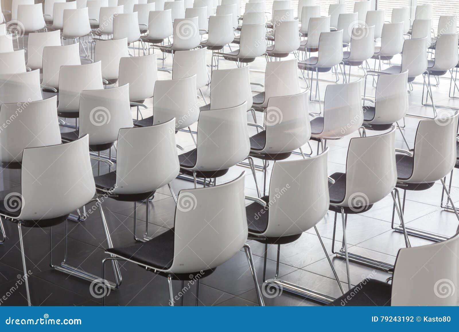 Svuoti Le Sedie Bianche Nella Sala Per Conferenze Contemporanea Con Fotografia Stock - Immagine ...