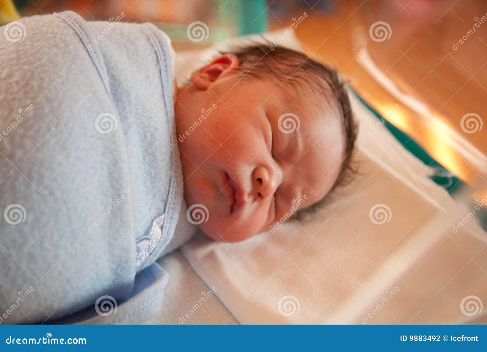 Swaddled neugeborenes Schätzchen