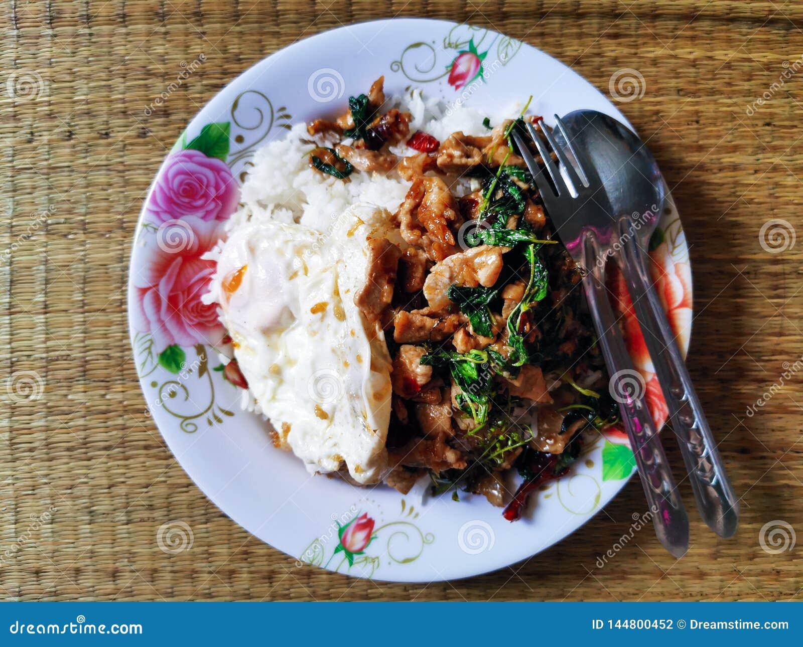Sweet basil with pork, fried egg