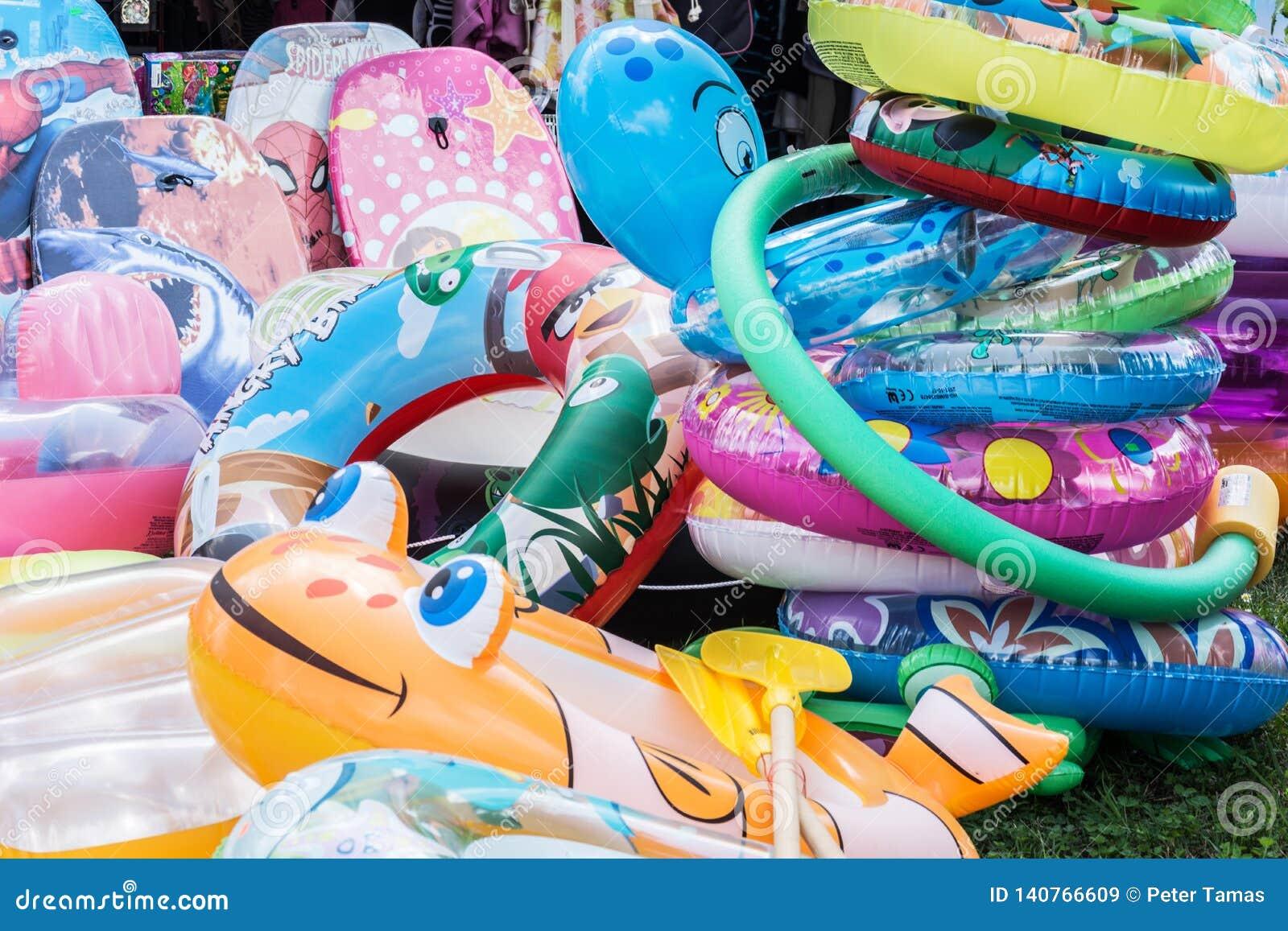 Swimbelts colorés pour des enfants chez le Lac Balaton