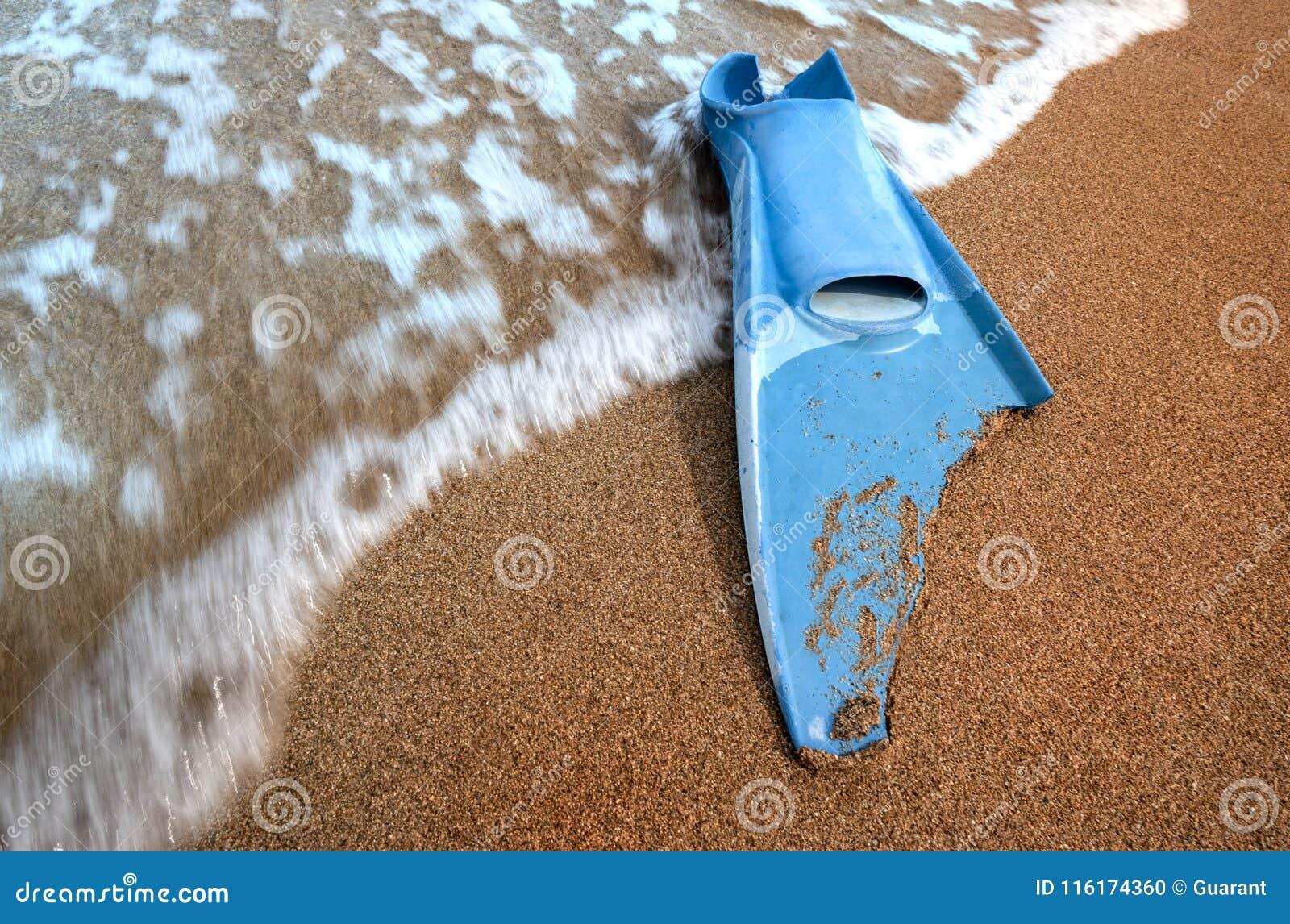 Swimm da aleta mordido e ondas na areia do mar