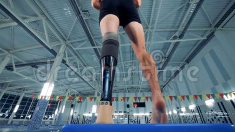 A swimmer with a leg prosthesis, bottom view. Man with a prosthesis ready for swimming stock video footage