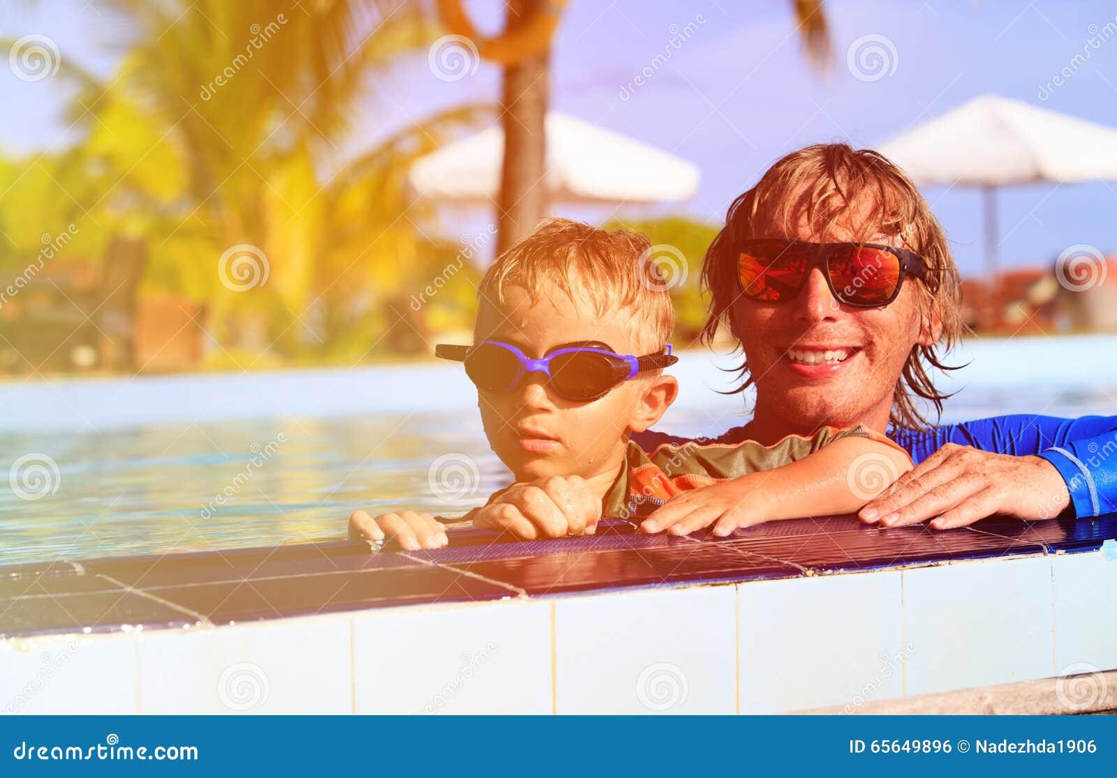 Swimmimng heureux de père et de fils dans la piscine