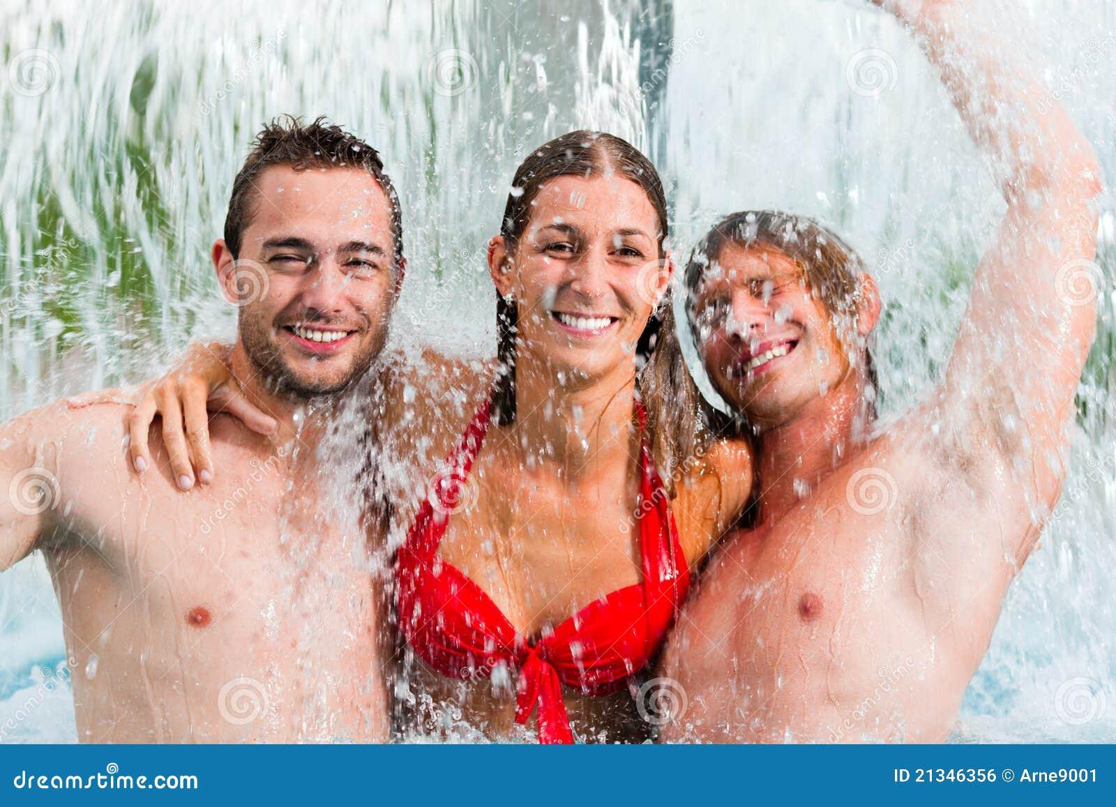 Swimmingpool drei Freunde öffentlich