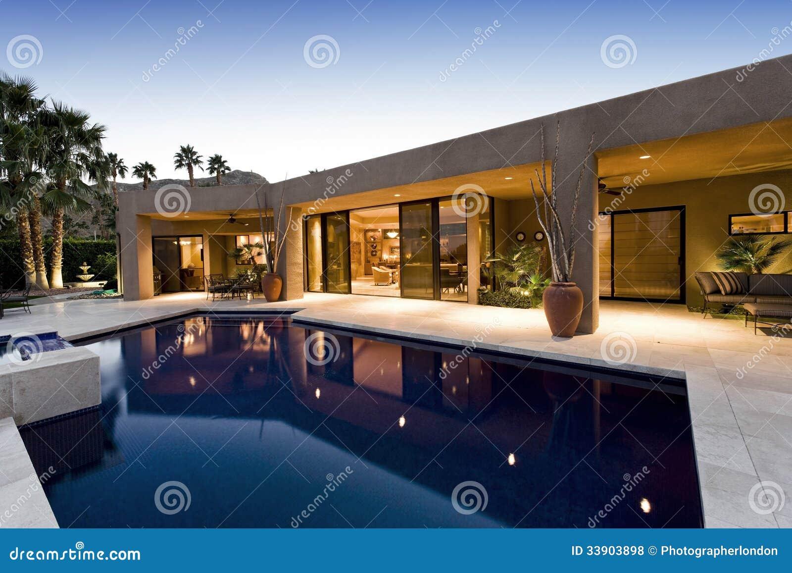 Swimmingpool gegen modernes Haus