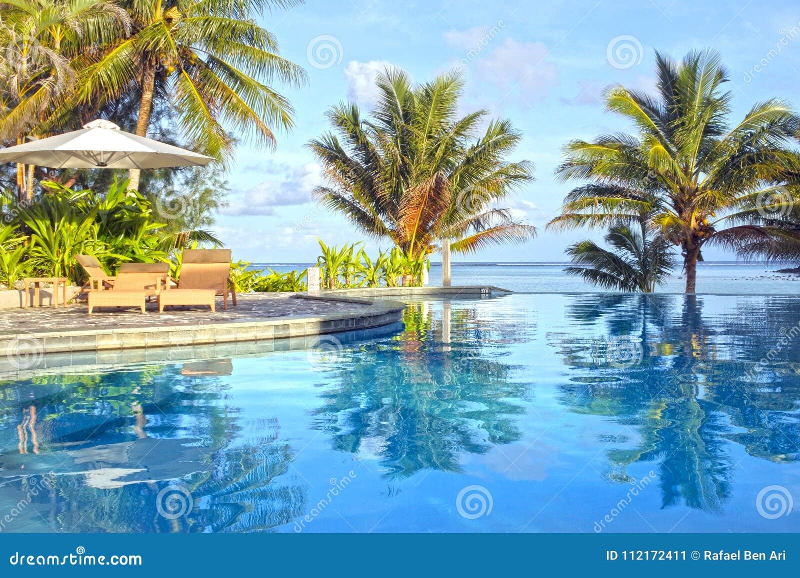 Swimmingpool im tropischen Erholungsort bei Sonnenuntergang