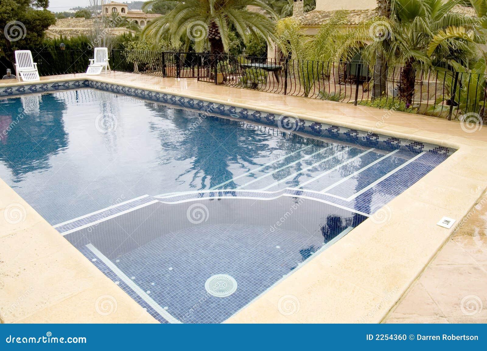 Swimmingpool mit Jacuzzi stockfoto. Bild von unwind, wanne ...