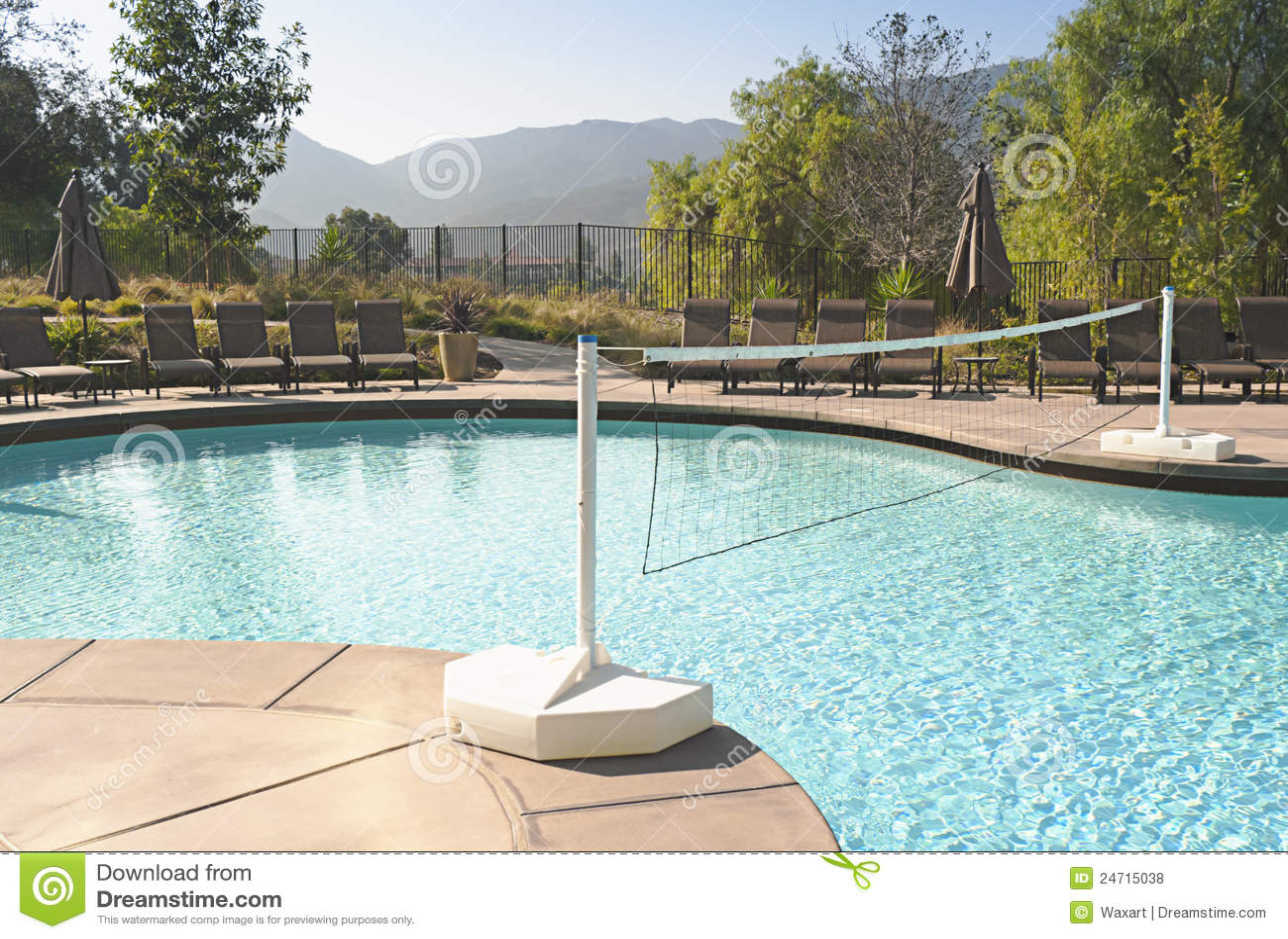 swimmingpool mit volleyballnetz lizenzfreie stockfotos. Black Bedroom Furniture Sets. Home Design Ideas
