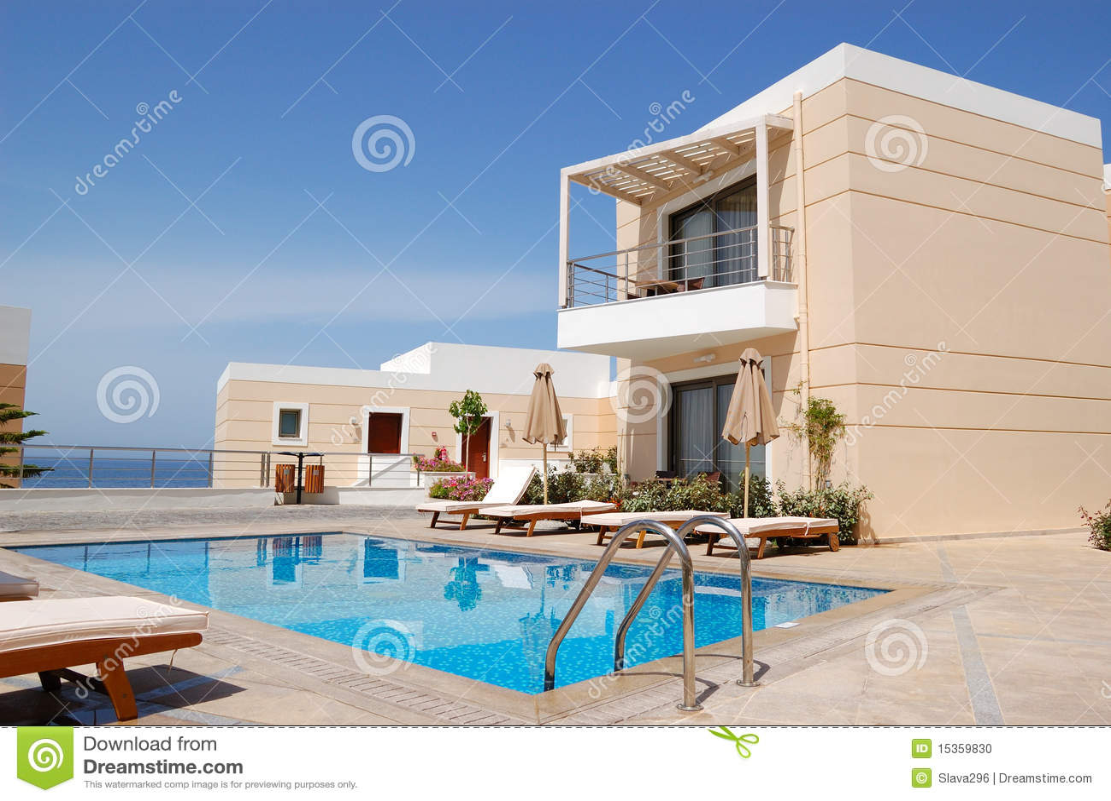 Swimmingpool am modernen Luxuxlandhaus