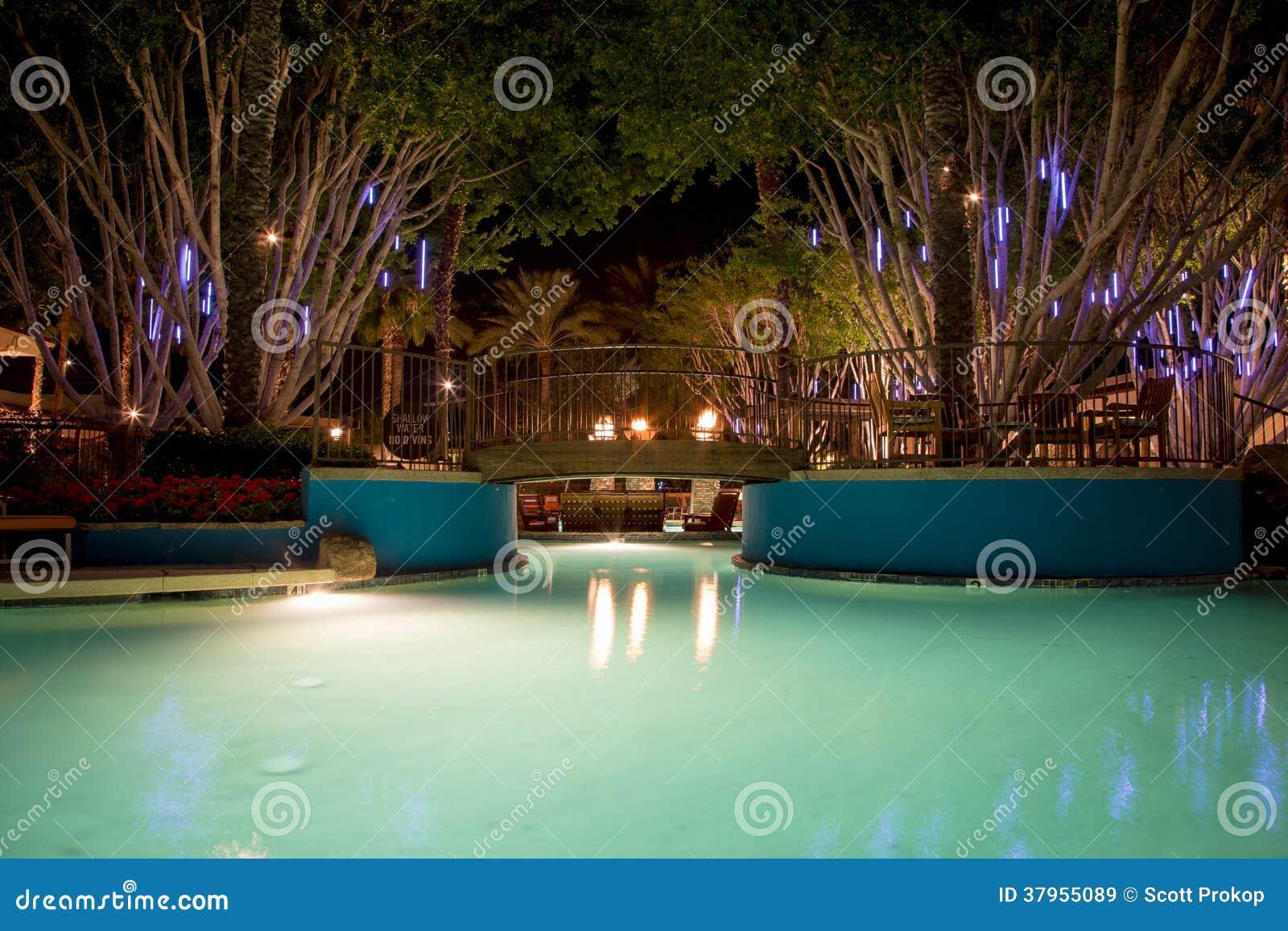 Swimmingpool nachts