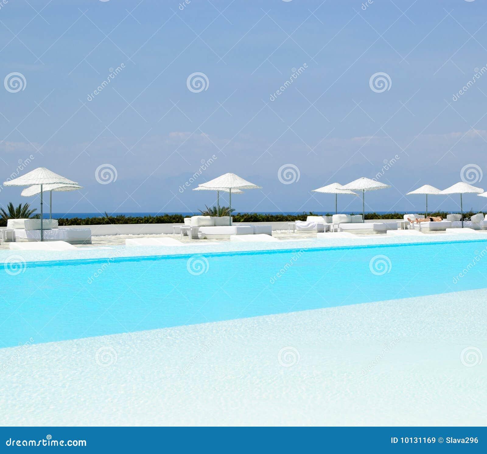 Swimmingpoolbereich im ultra modernen Hotel