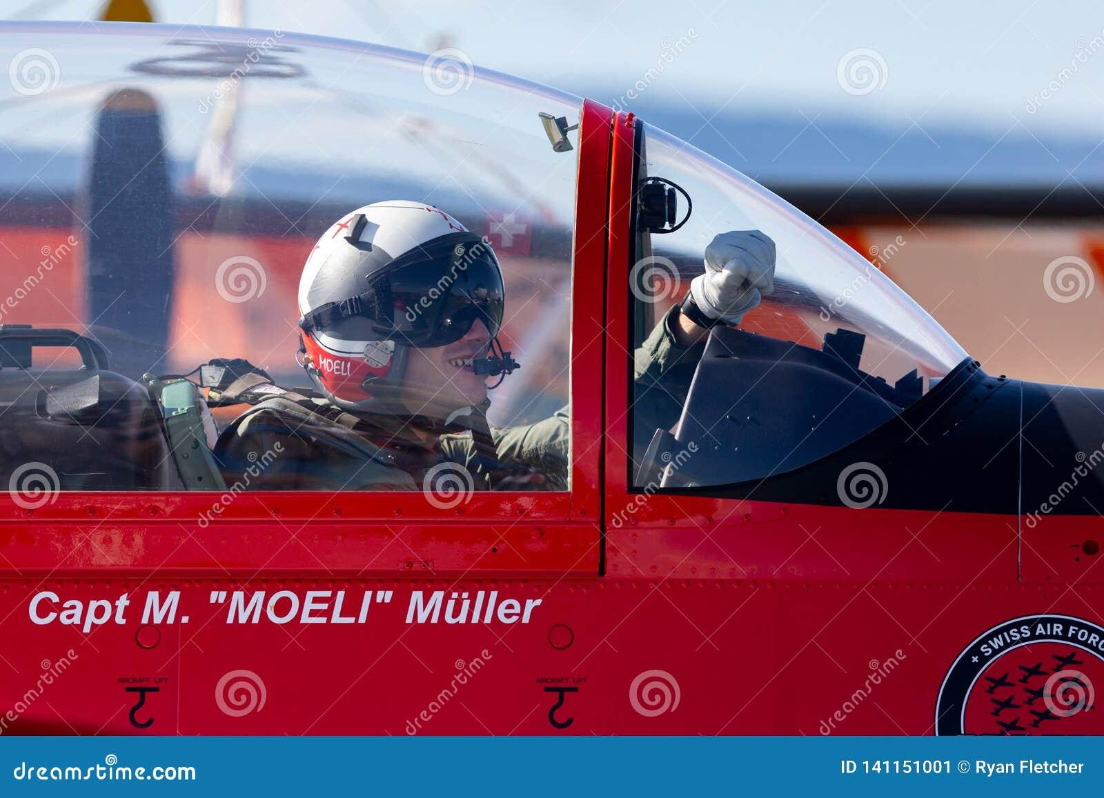 Swiss Air-Kracht proef van PC-7 vertoningsteam in de cockpit van een Pilatus PC-7 trainervliegtuigen