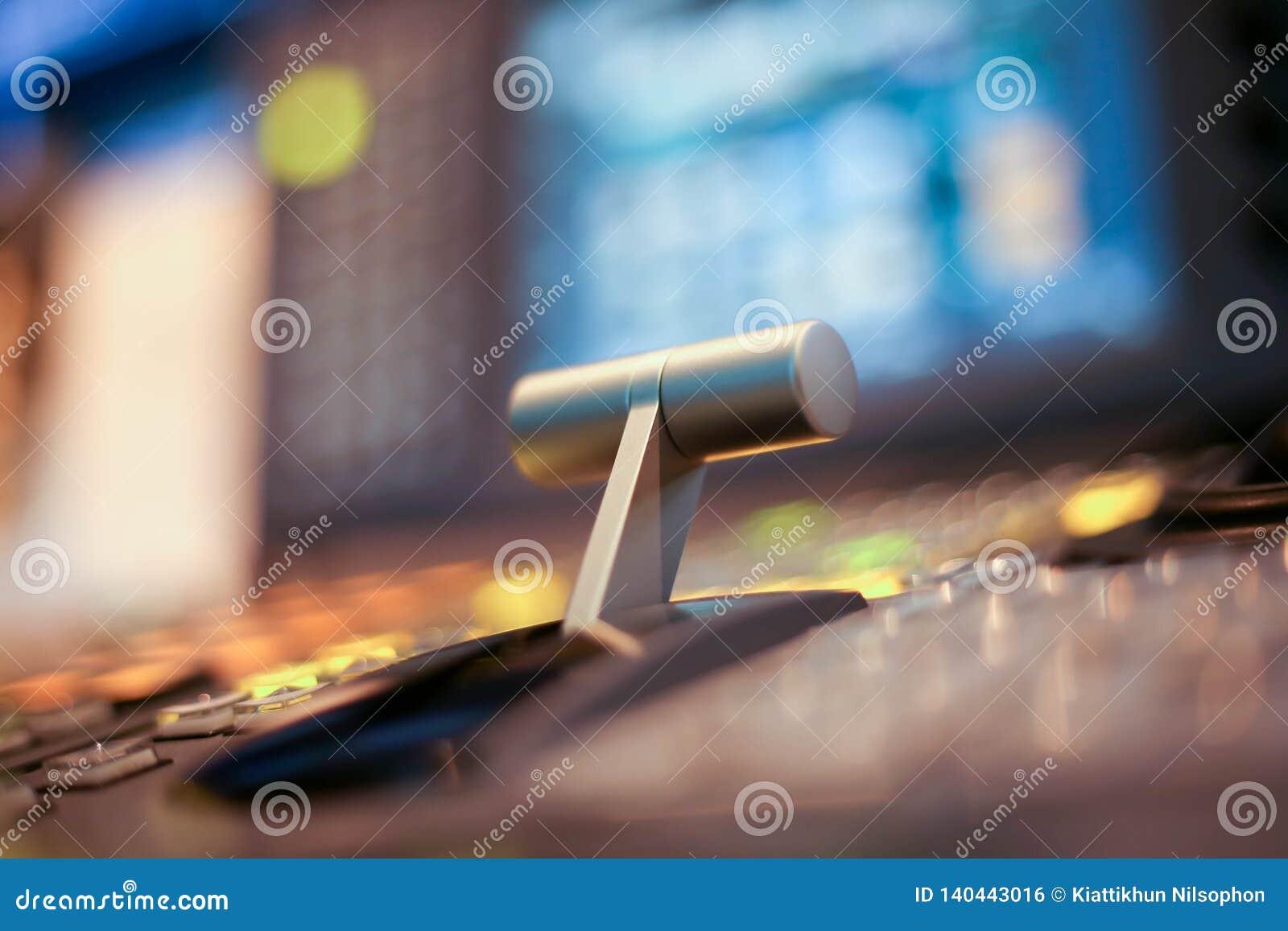 Switcher zapina w pracownianym staci telewizyjnej, audio i wideo produkci Switcher telewizi transmisja,