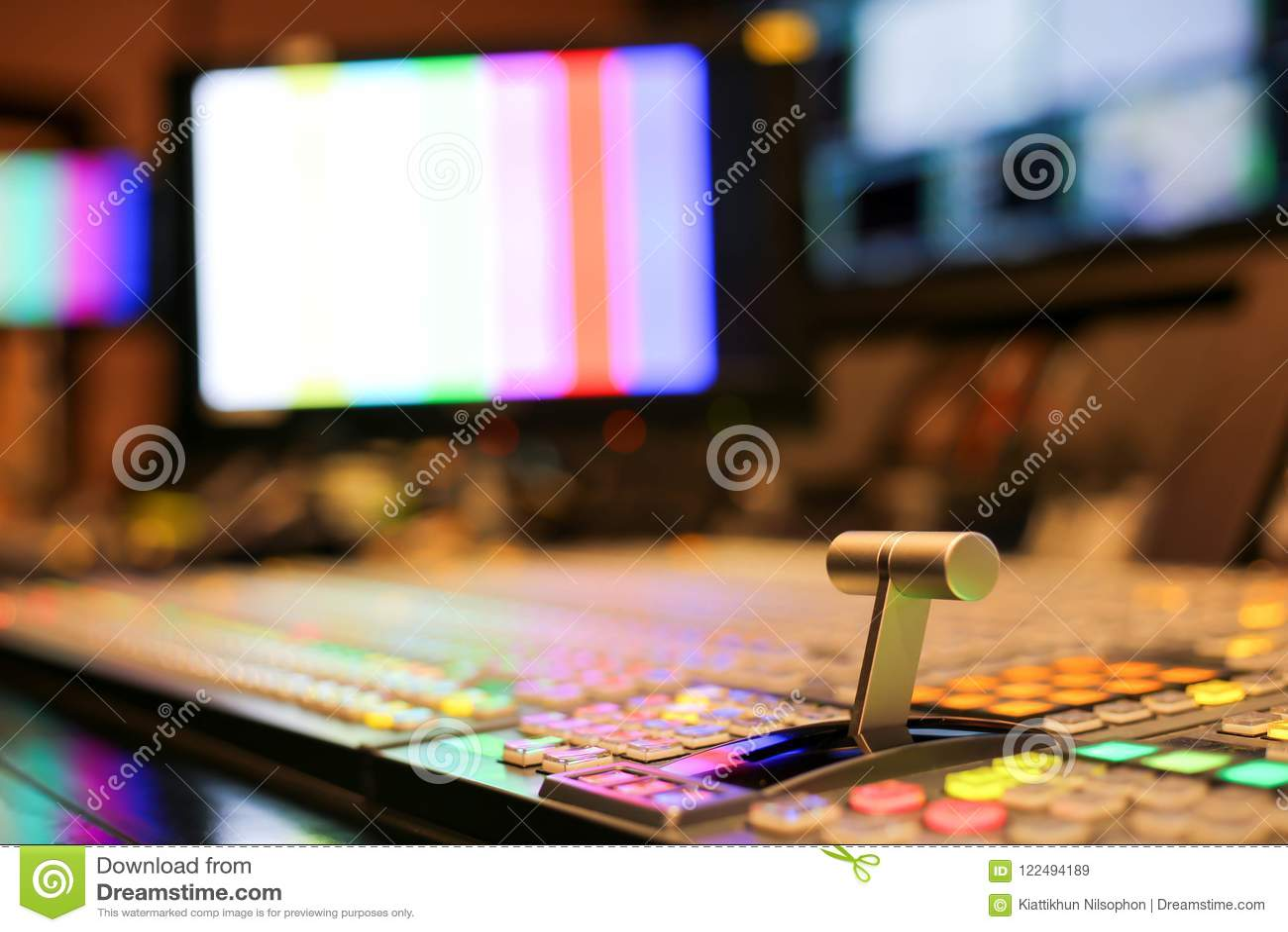 Switcheren knäppas i studioTV-station, ljudsignal och videoen Productio