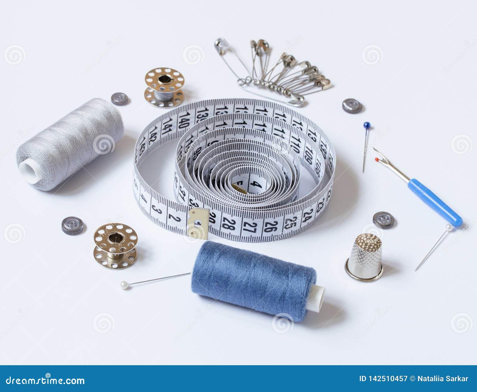 Sy tillbehör och tillbehör för handarbete i grå färg-blått skuggor