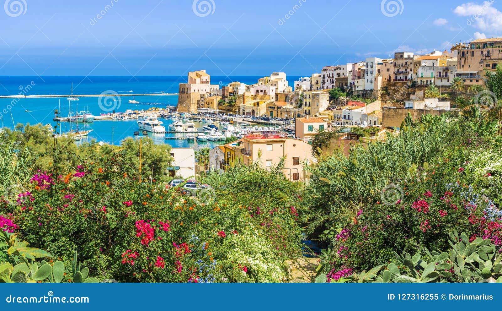 Sycylijczyka port Castellammare Del Golfo, zadziwiająca nabrzeżna wioska Sicily wyspa, Włochy