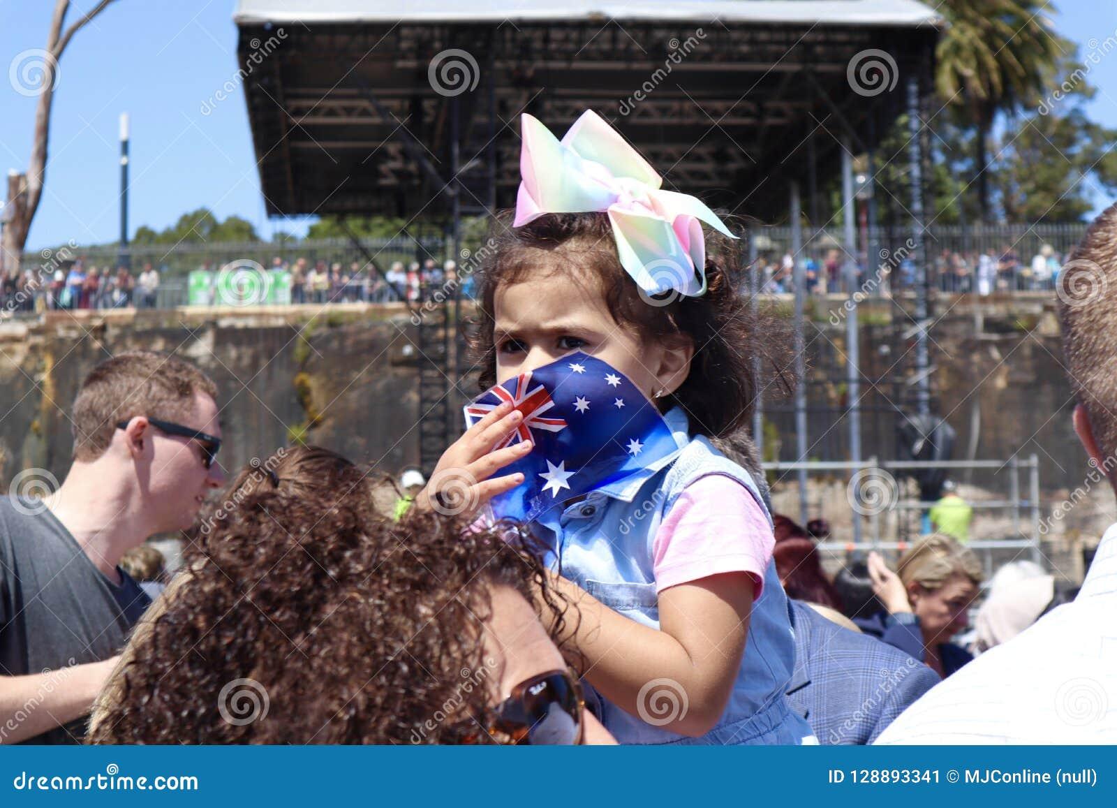 Sydney, Australia 16/10/2018 - la ragazza attende un occhiata di principe Harry e Meghan Markle, Sydney Opera House