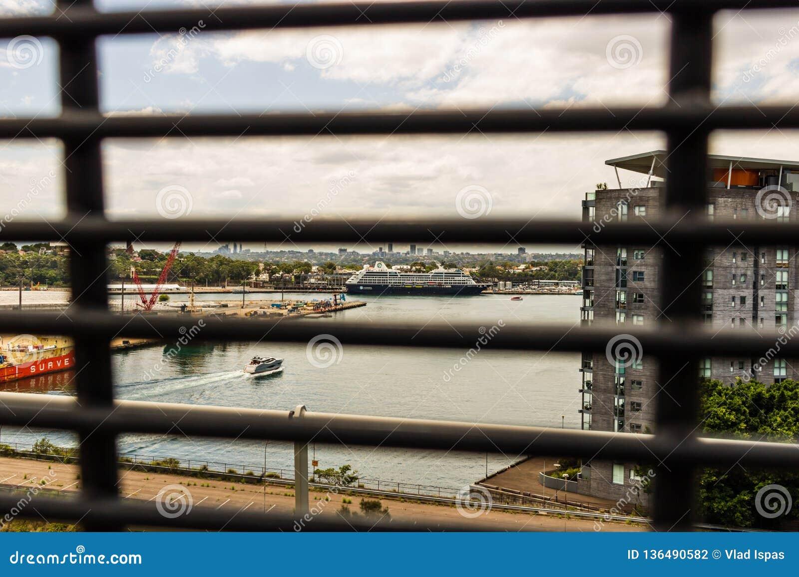 Sydney Australien - 2019 Boutiquekryssningeyeliner som anslutas i den Sydney hamnen Foto från Anzac Bridge