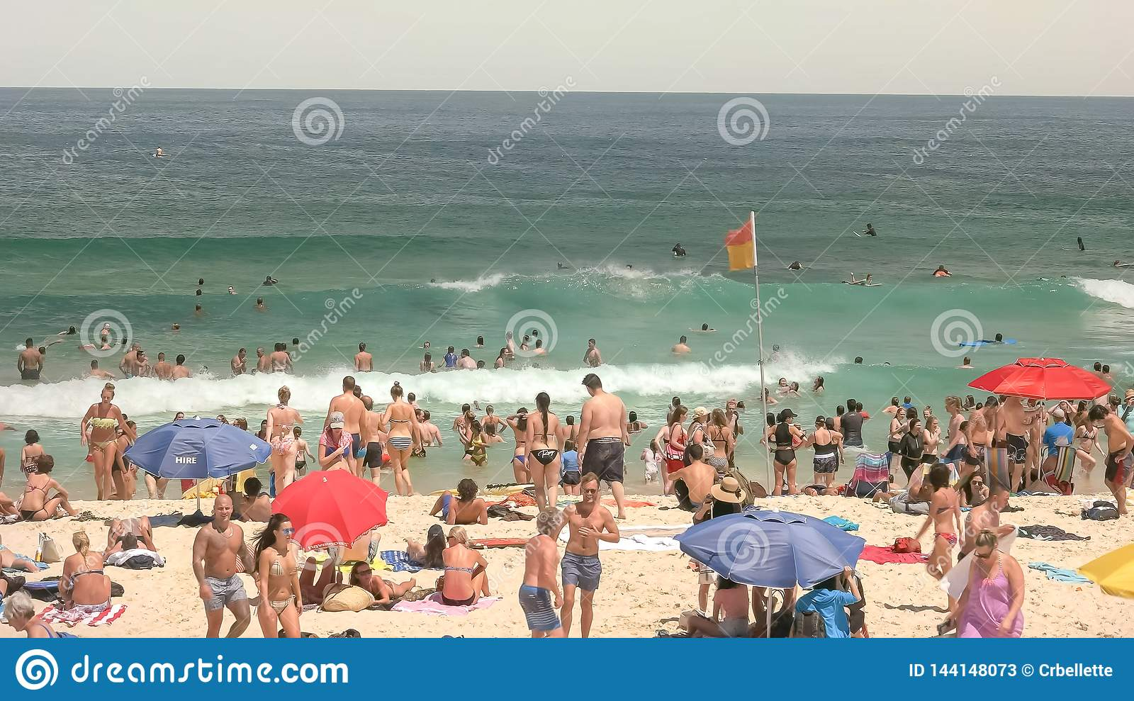 SYDNEY, AUSTRALIEN - 31. JANUAR 2016: Schwimmer und Strandgeher an Sydneys bondi Strand