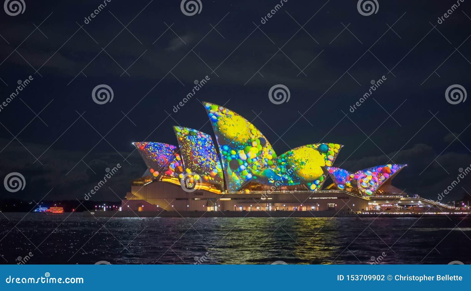 SYDNEY, AUSTRALIEN - JUNI, 5, 2017: Gelbgrünmuster auf Sydney-Opernhaus während klaren 2017