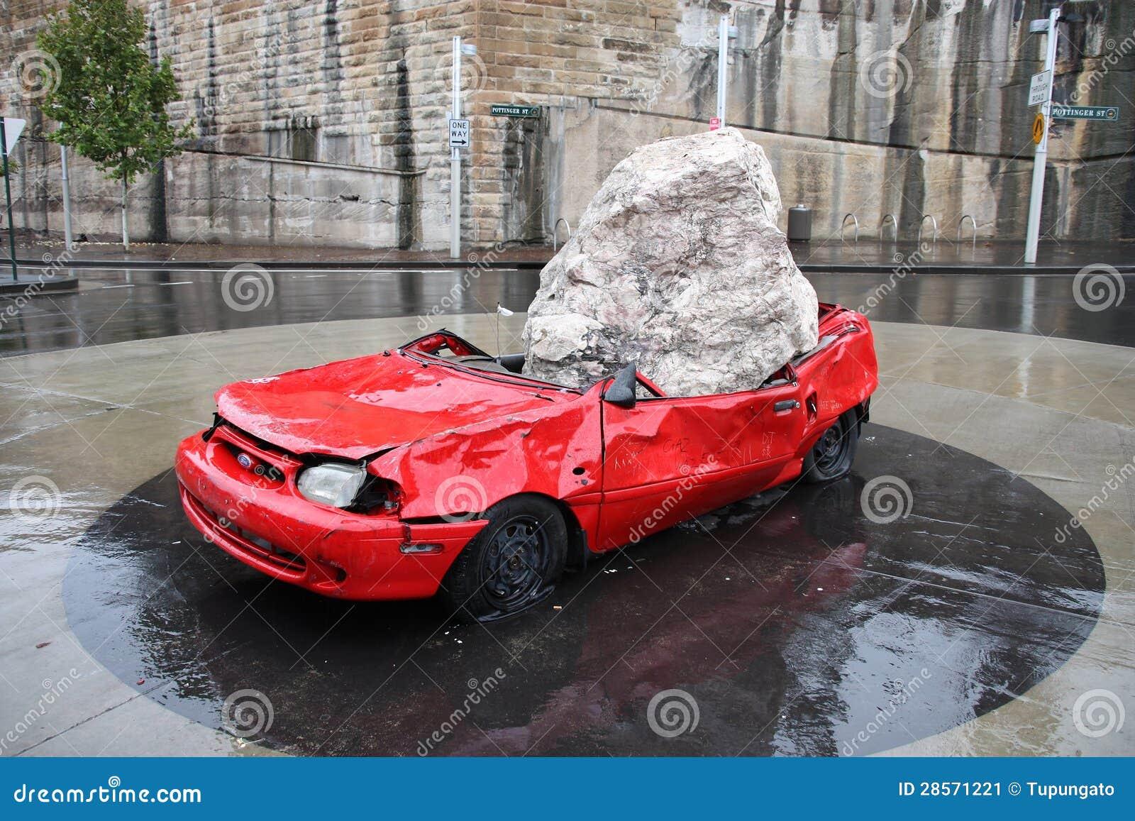 Sydney machacó la escultura del coche