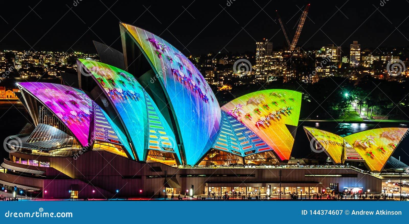 Sydney Opera House se encendió para arriba en la noche en el festival ligero vivo - cercano para arriba